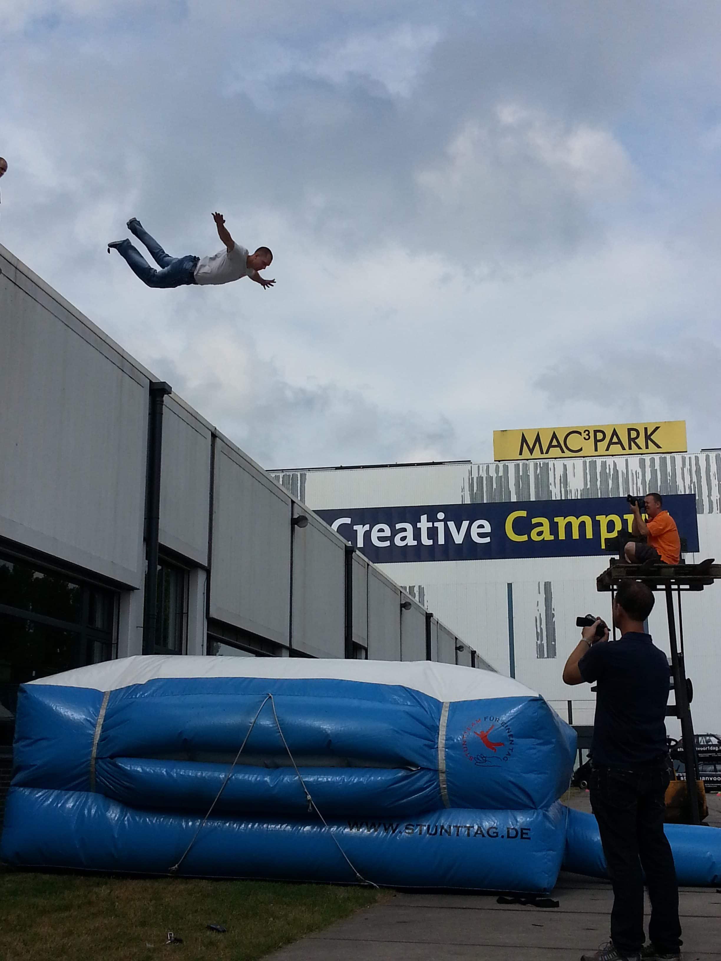 Een stuntman of stuntvrouw vind je bij ons stuntteam. O.a. voor een hoogteval met airbag. Deze airbag is ook, met begeleiding, te huur