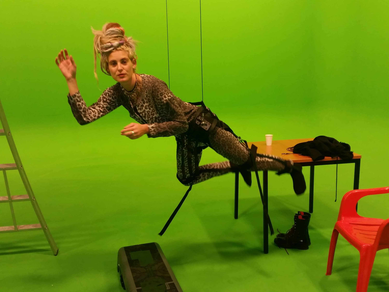 Vliegen als superman door de studio met ons flying-harness