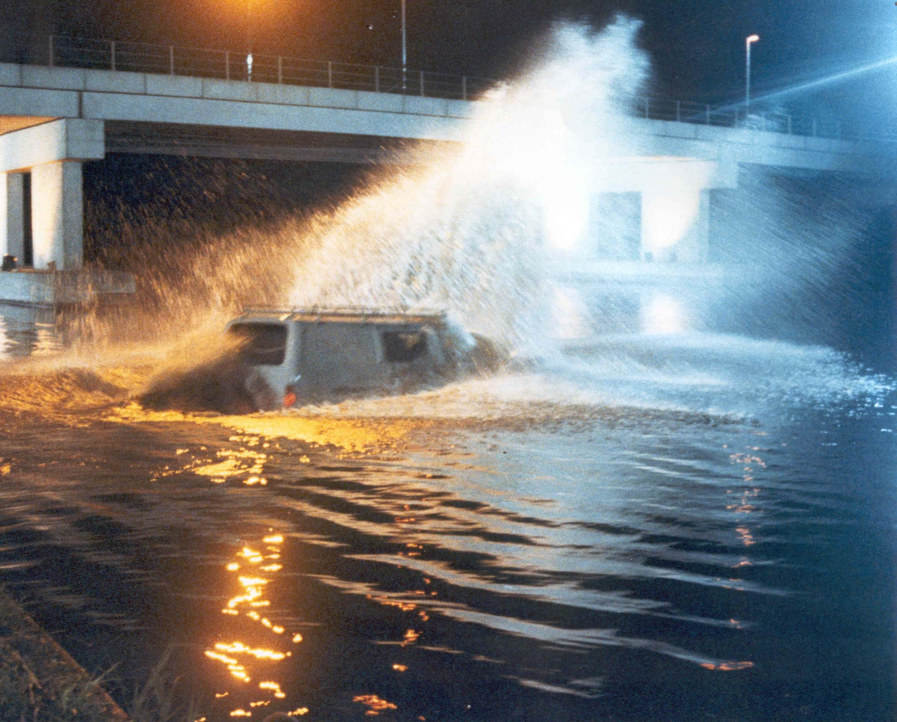 Een stunt met een auto die te water gaat in Almere.