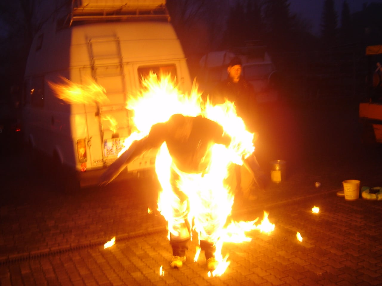 Stuntman in brand op een set in Duitsland