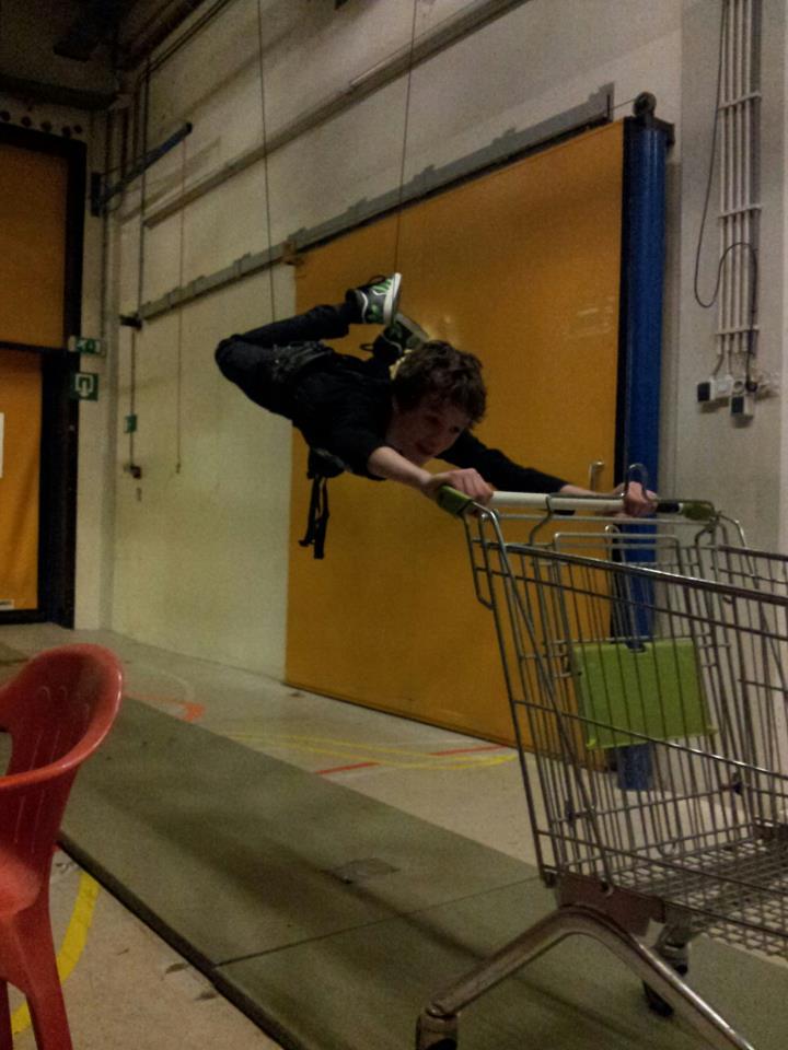 Stuntcrew beschikt ook over flying harness en jerksuits. Gewoon te huur!